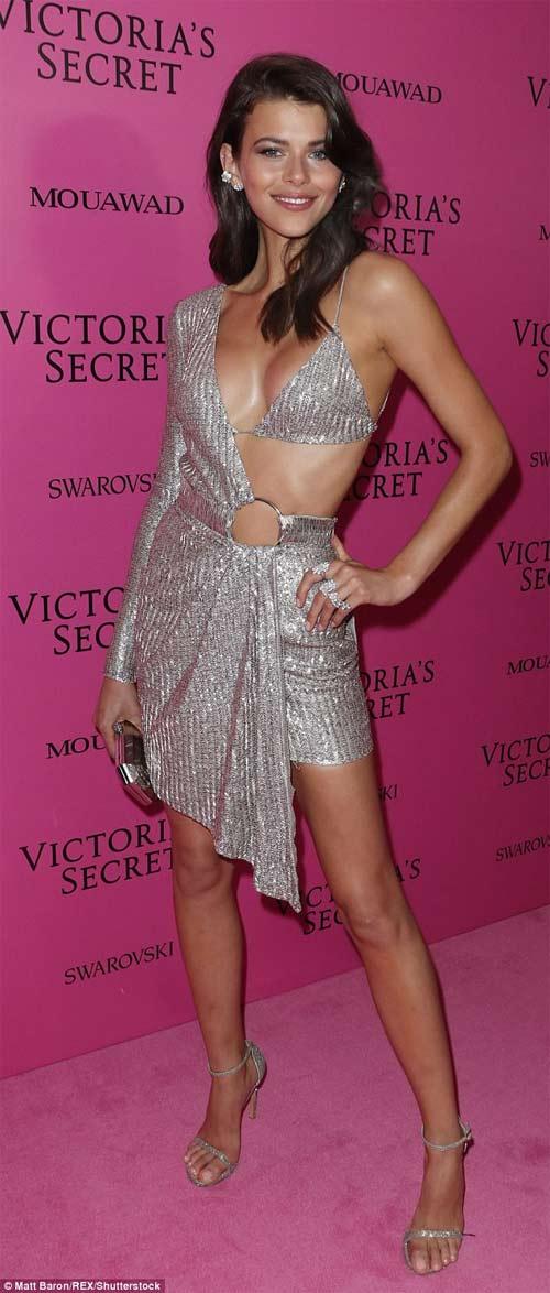 Hot girl Hollywood tái diễn lại sự cố váy xẻ hiểm tại thảm hồng - 3