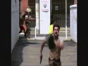 """Bỏ chạy  """" mất dép """"  khi thấy người da đỏ xuất hiện trên phố"""