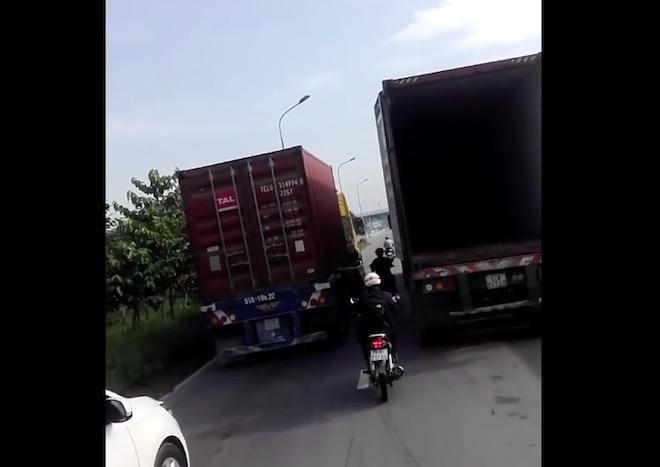 """TP.HCM: Tranh cãi lý do 2 container kè nhau bằng tốc độ """"rùa bò"""" - 1"""