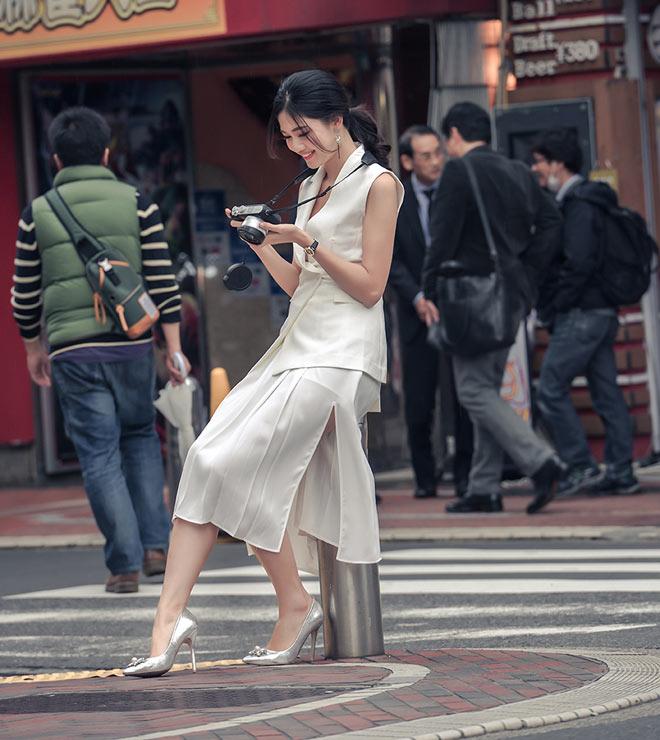 Á hậu Thanh Tú mặc mát mẻ giữa trời giá rét tại Nhật - 3