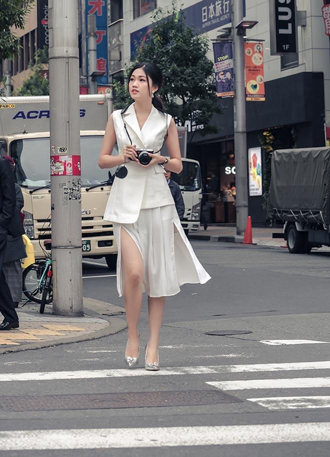 Á hậu Thanh Tú mặc mát mẻ giữa trời giá rét tại Nhật - 2