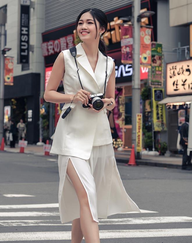 Á hậu Thanh Tú mặc mát mẻ giữa trời giá rét tại Nhật