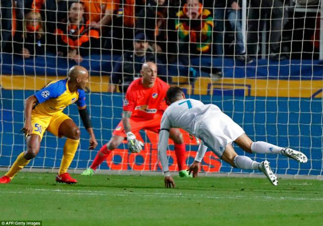 """Tuyệt tác cúp C1: Ronaldo – Benzema """"giải hạn"""", Liverpool bị rượt đuổi điên rồ 4"""