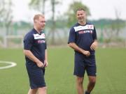 Giggs, Scholes ban bật chóng mặt trước cựu ngôi sao tuyển Việt Nam