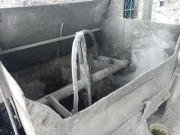 Một phụ nữ xấu số bị cuốn vào máy trộn bê tông
