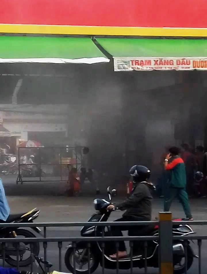 Cháy, nổ cây xăng ở Sài Gòn, khách bỏ xe tháo chạy - 1