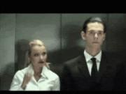 """Bắt gặp những tình huống  """" oái oăm """"  khi đi thang máy"""