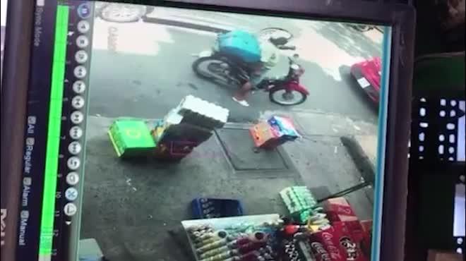 Rùng mình clip mở cửa GrabCar bất cẩn, cô gái chết tức tưởi