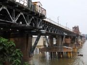 HN: Phát hiện vật thể nghi là bom ở gần trụ cầu Long Biên