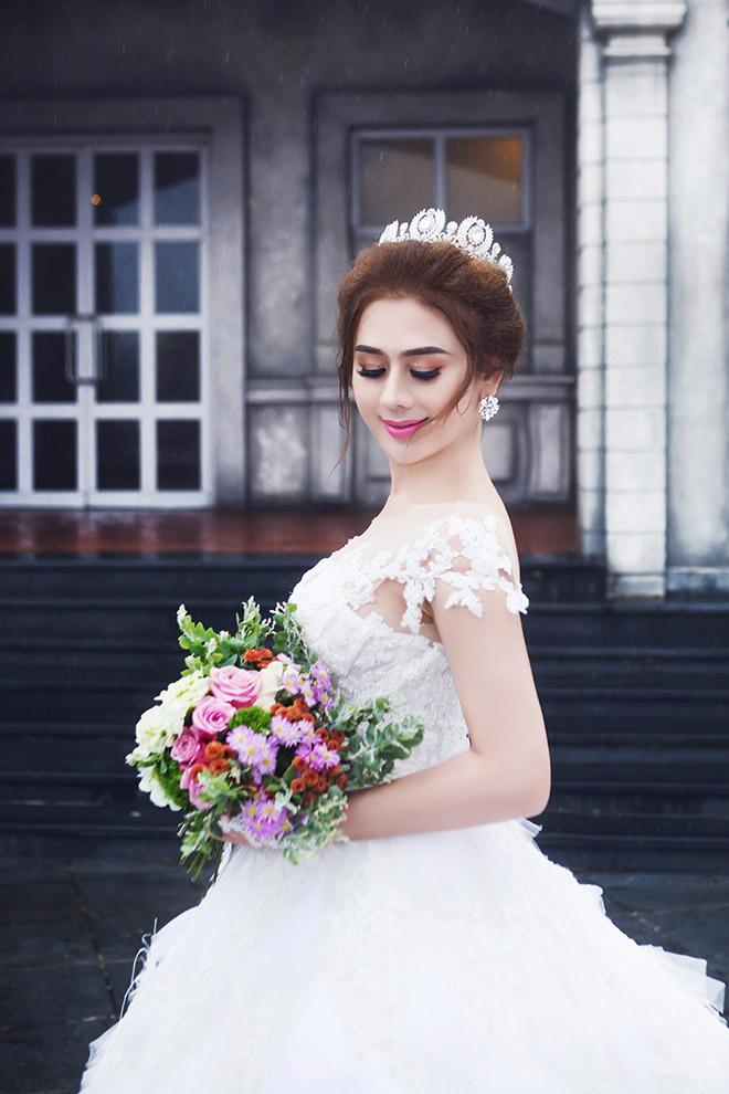 Lâm Khánh Chi lấp ló vòng 1 trong ảnh cưới với hôn phu kém 8 tuổi