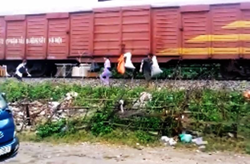 Vụ đưa rác 'đi Sài Gòn': Phạt tiền vợ, cảnh cáo chồng