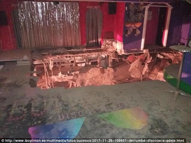 Sân khấu ở quán bar sập làm ca sĩ bị thương nặng