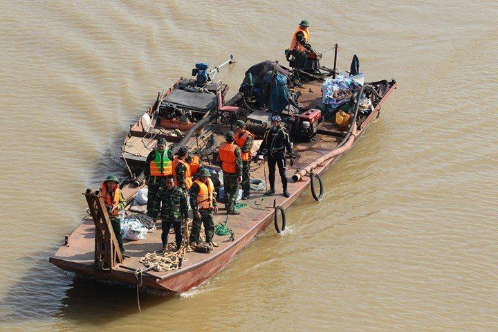 CẬP NHẬT: Nín thở dõi theo người nhái lặn sông trục vớt bom ở cầu Long Biên