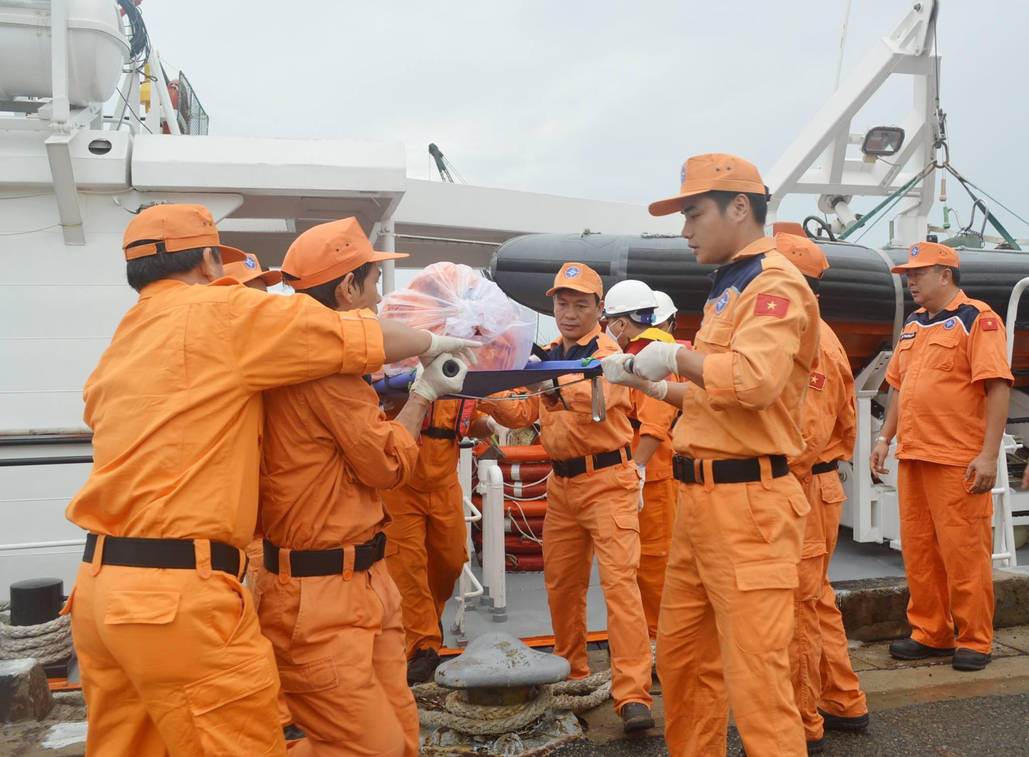 Vụ chìm tàu 6 người chết và mất tích: Đưa thi thể 2 thuyền viên vào bờ