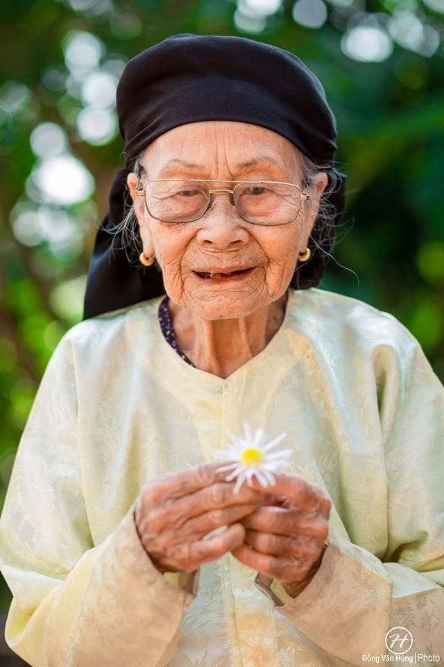 Ảnh cụ bà 99 tuổi bên cúc họa mi đẹp ngất ngây khiến dân mạng chao đảo - 5