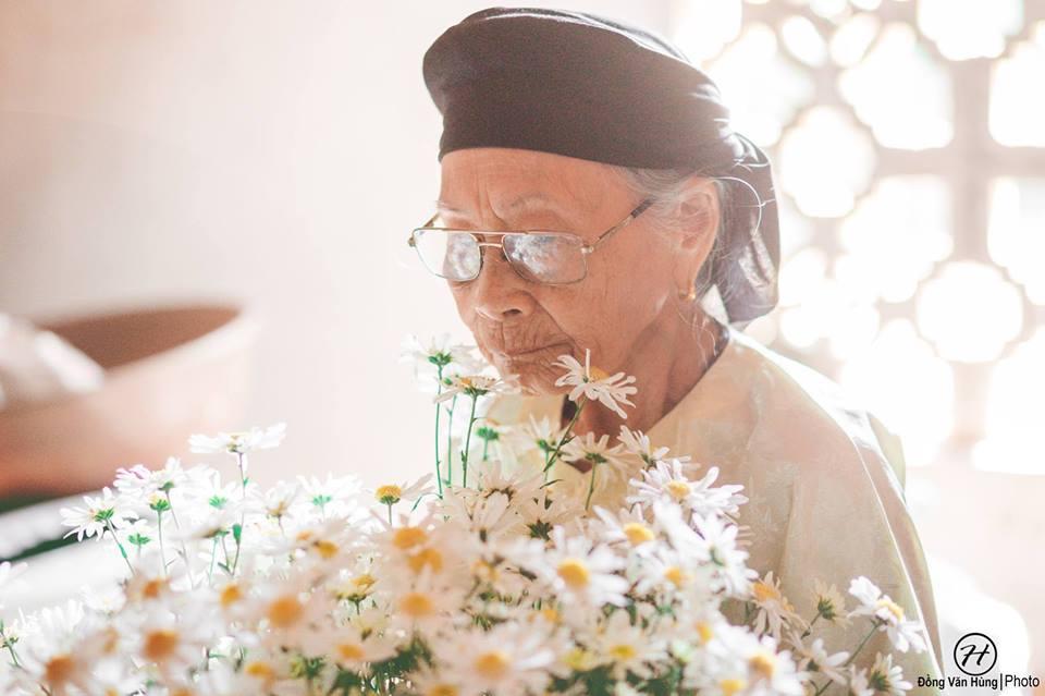 Ảnh cụ bà 99 tuổi bên cúc họa mi đẹp ngất ngây khiến dân mạng chao đảo - 6