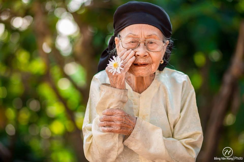 Ảnh cụ bà 99 tuổi bên cúc họa mi đẹp ngất ngây khiến dân mạng chao đảo - 7