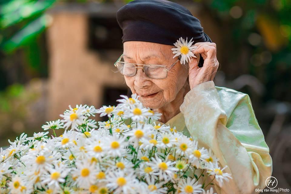 Ảnh cụ bà 99 tuổi bên cúc họa mi đẹp ngất ngây khiến dân mạng chao đảo - 8
