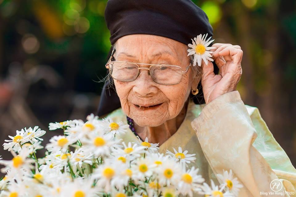 Ảnh cụ bà 99 tuổi bên cúc họa mi đẹp ngất ngây khiến dân mạng chao đảo - 10