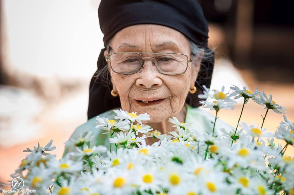 Ảnh cụ bà 99 tuổi bên cúc họa mi đẹp ngất ngây khiến dân mạng chao đảo - 9
