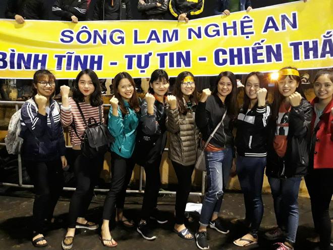"""Sân Vinh thành """"chảo lửa"""": Hot girl xứ Nghệ xem bóng đá muôn màu độc, lạ 1"""
