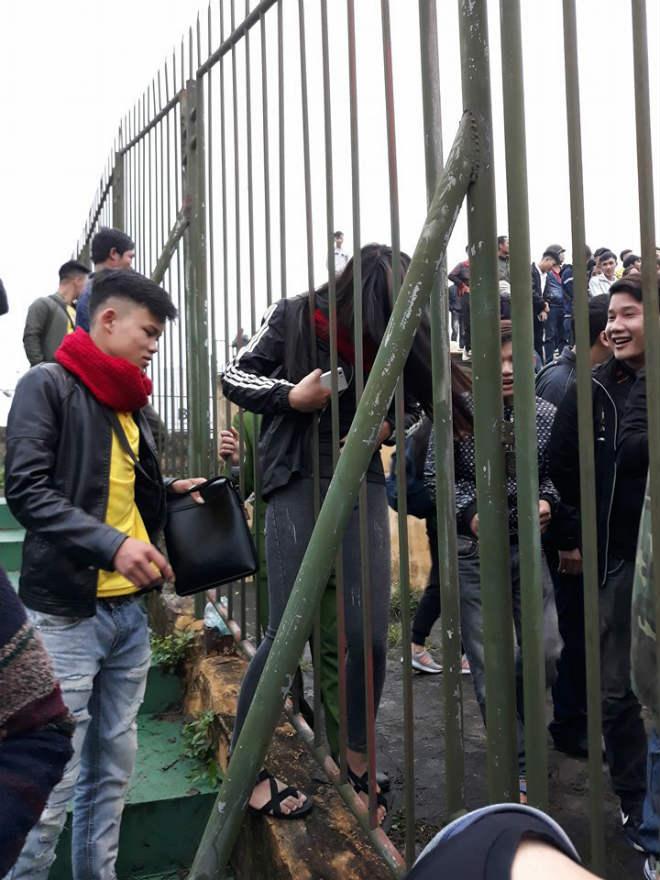 """Sân Vinh thành """"chảo lửa"""": Hot girl xứ Nghệ xem bóng đá muôn màu độc, lạ 3"""