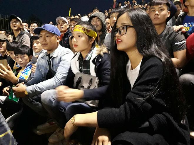 """Sân Vinh thành """"chảo lửa"""": Hot girl xứ Nghệ xem bóng đá muôn màu độc, lạ 9"""