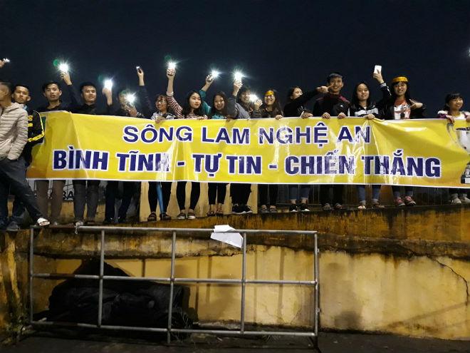 """Sân Vinh thành """"chảo lửa"""": Hot girl xứ Nghệ xem bóng đá muôn màu độc, lạ 10"""