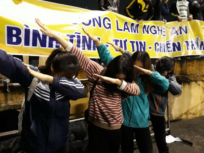 """Sân Vinh thành """"chảo lửa"""": Hot girl xứ Nghệ xem bóng đá muôn màu độc, lạ 11"""