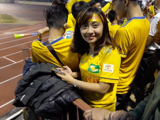 """Sân Vinh thành """"chảo lửa"""": Hot girl xứ Nghệ xem bóng đá muôn màu độc, lạ 7"""