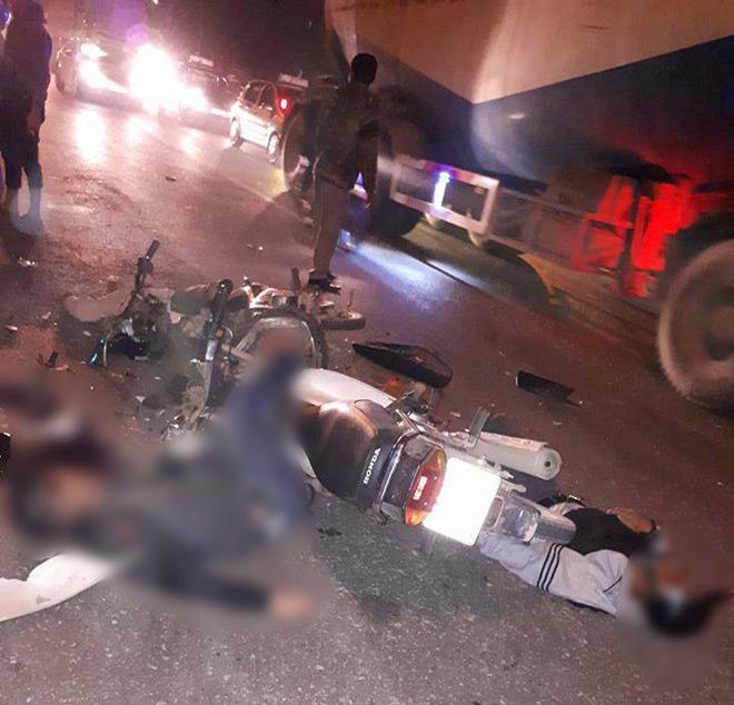 Hà Nội: Hai xe máy vỡ vụn sau va chạm, 2 người tử vong