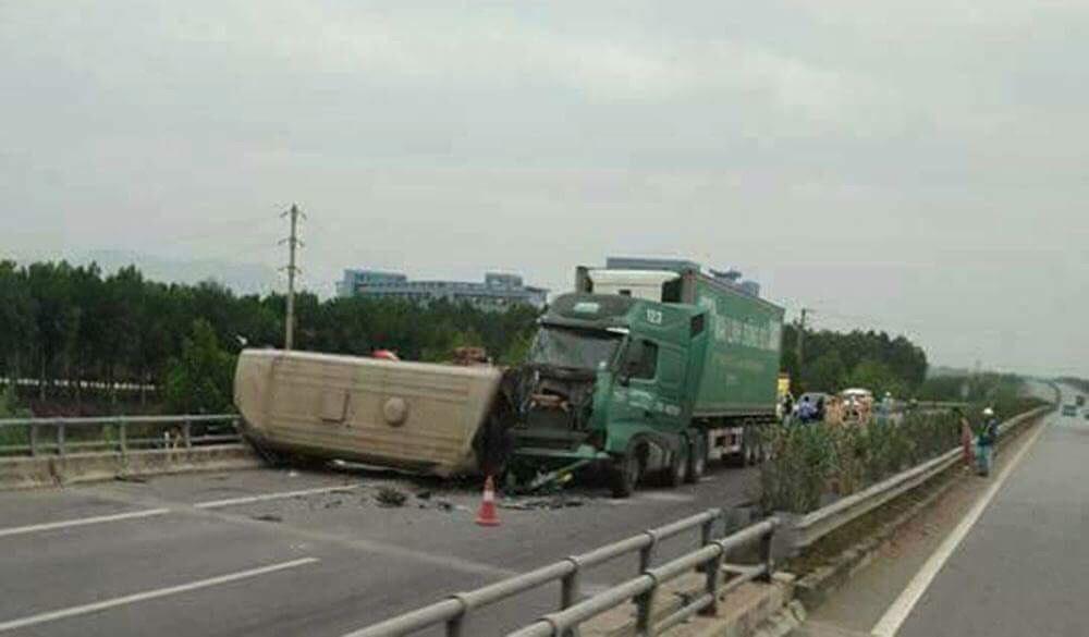 Xe container đâm xe khách bẹp dúm trên cao tốc, nhiều người gặp nạn - 1