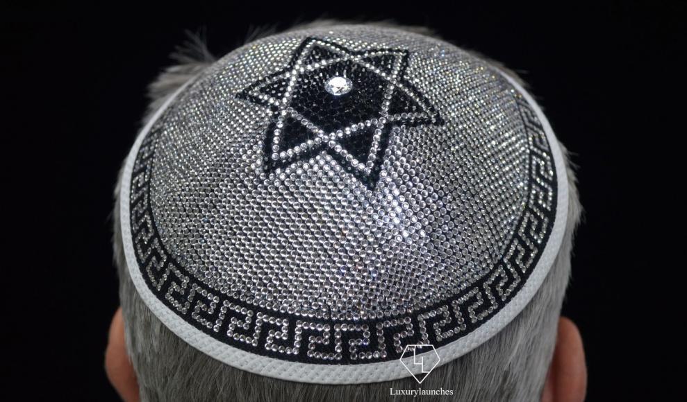 Nhỏ xíu, không che được mưa nắng nhưng chiếc mũ này có giá tới 3,8 tỷ đồng