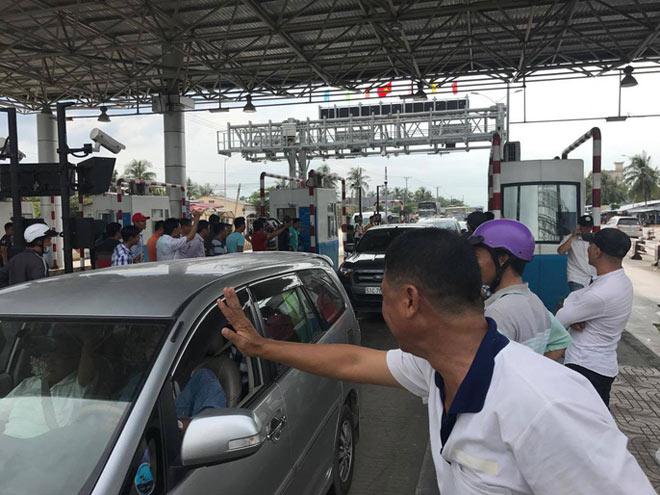 BOT Cai Lậy: Dân trực 4 ngày liên tục để yêu cầu xả trạm - 3