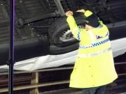 """Hành động  """" siêu nhân """"  của cảnh sát Anh khi thấy ô tô sắp rơi khỏi cầu"""