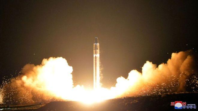Đang bay, giật mình nhìn thấy tên lửa Triều Tiên nổ tung