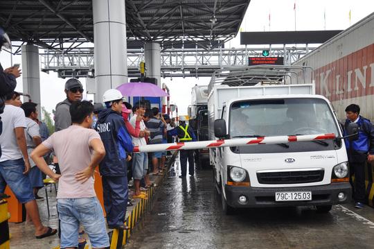 Khánh Hòa: Liên tục kẹt xe do... tiền lẻ, BOT Ninh An xả trạm - 2
