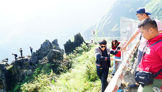 """Du khách """"xé rào"""" chụp ảnh trên mỏm đá tử thần ở Mã Pí Lèng - 6"""