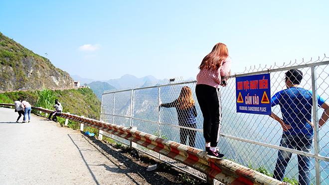"""Du khách """"xé rào"""" chụp ảnh trên mỏm đá tử thần ở Mã Pí Lèng - 3"""