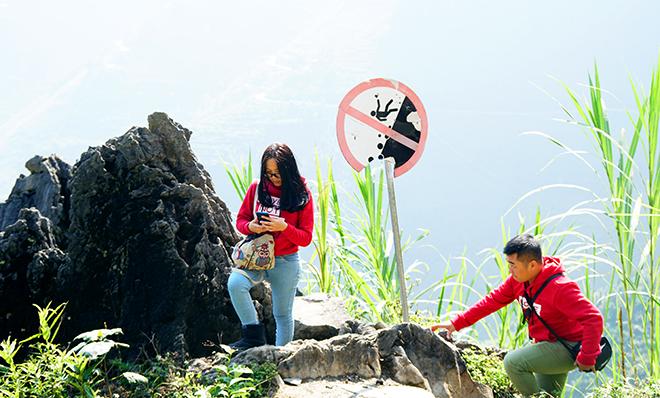 """Du khách """"xé rào"""" chụp ảnh trên mỏm đá tử thần ở Mã Pí Lèng - 4"""