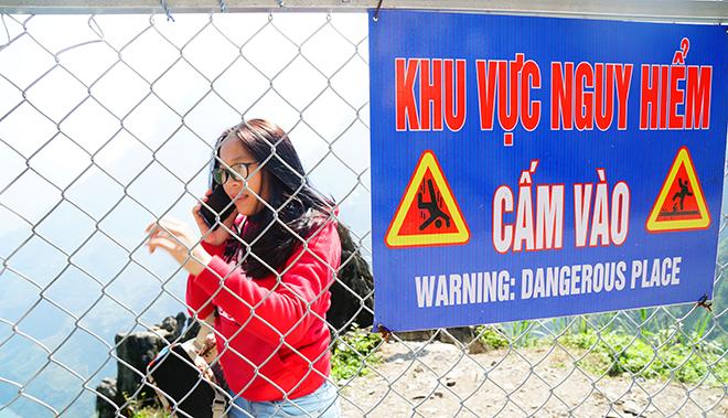 """Du khách """"xé rào"""" chụp ảnh trên mỏm đá tử thần ở Mã Pí Lèng - 8"""
