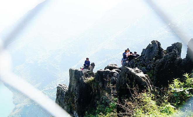 """Du khách """"xé rào"""" chụp ảnh trên mỏm đá tử thần ở Mã Pí Lèng - 9"""
