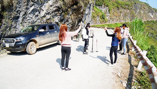 """Du khách """"xé rào"""" chụp ảnh trên mỏm đá tử thần ở Mã Pí Lèng - 13"""