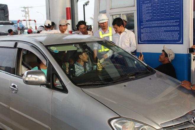 """Nóng 24h qua: CSGT """"điểm mặt"""" 14 xe quay vòng gây rối tại BOT Cai Lậy"""