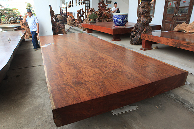 Sập gỗ nguyên khối nặng hơn 4 tấn, hoa văn 3D hiếm có xuất hiện ở HN - 1