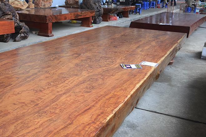Sập gỗ nguyên khối nặng hơn 4 tấn, hoa văn 3D hiếm có xuất hiện ở HN - 3