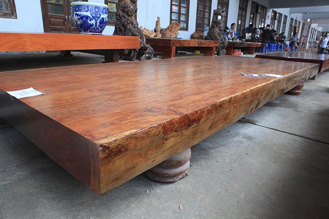 Sập gỗ nguyên khối nặng hơn 4 tấn, hoa văn 3D hiếm có xuất hiện ở HN - 2