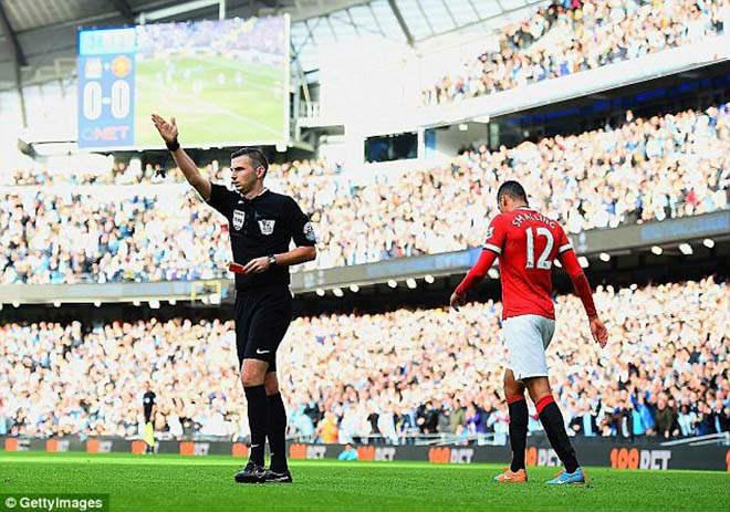 Trọng tài bắt derby Manchester: Hung thần cầm còi, triệu fan MU lo nơm nớp 1