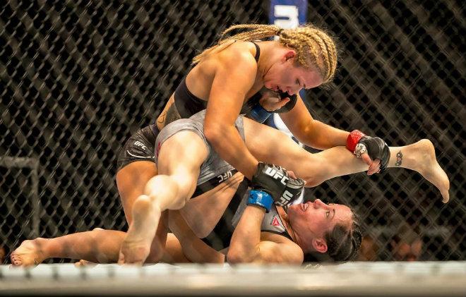Người đẹp UFC gặp sự cố hi hữu vì đấm quá hăng 1