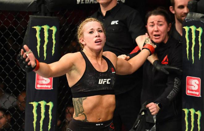 Người đẹp UFC gặp sự cố hi hữu vì đấm quá hăng 3